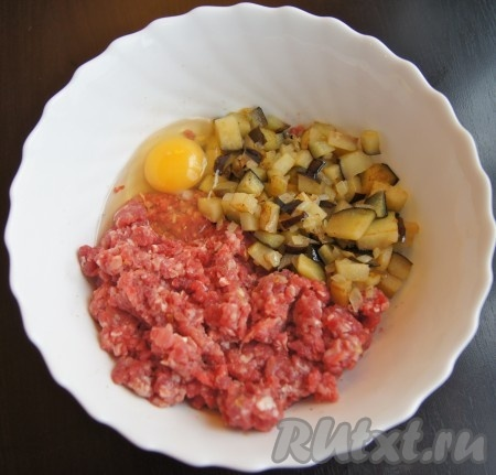 В миске соединила фарш, обжаренные баклажаны с луком, яйцо.