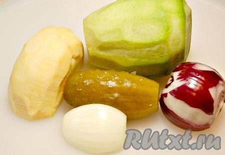 Приготовить все овощи для салата. Редьку и репу очистить от кожуры.