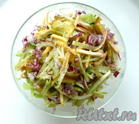Выложить в салатник и можно подавать на стол. Сочный, вкуснейший постный салат из редьки и репы готов.
