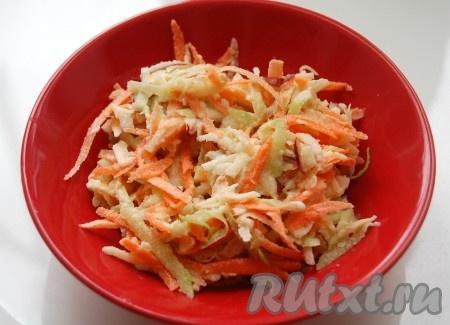 Выложить в салатник и подать на стол очень приятный, освежающий салат из маргеланской редьки.