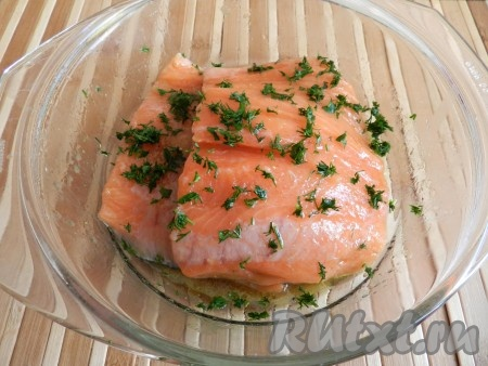При желании добавить мелко порезанный укроп, несколько раз перевернуть филе и убрать в холодильник на 1 сутки.