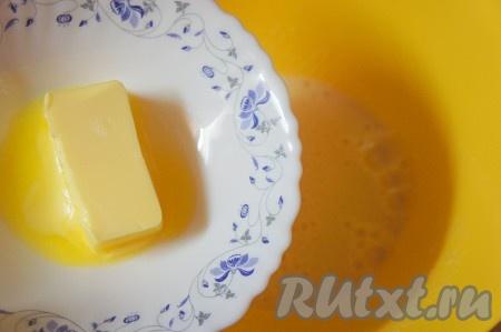 Добавить сливочное масло комнатной температуры и ещё немного взбить.