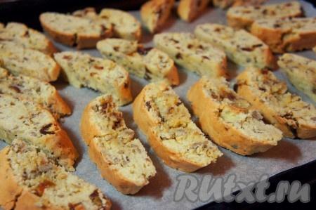 """Почти полностью остудить полученные """"колбаски"""" и нарезать произвольным образом на порционные печенья. Выложить их снова на противень и запекать ещё 10-15 минут."""