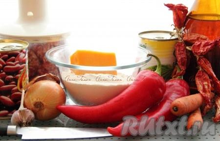 Ингредиенты для приготовления говядины чили и булочек с cыром чеддер