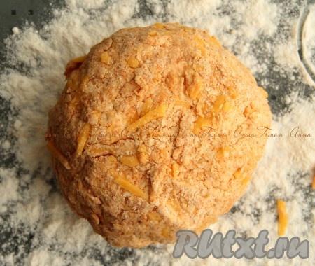 4. Добавить сметану и сыр, вымесить однородное, чуть липкое тесто.