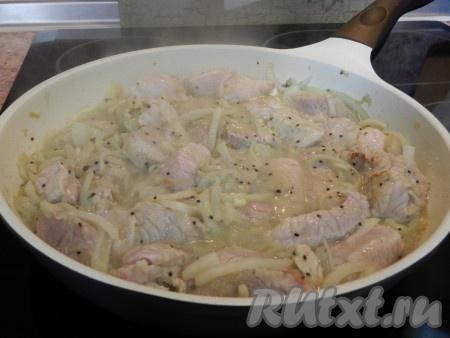 В сковороде разогреть масло и обжарить мясо до румяной корочки, накрыть крышкой и готовить еще 40 минут. За несколько минут до готовности добавить соль и черный молотый перец.