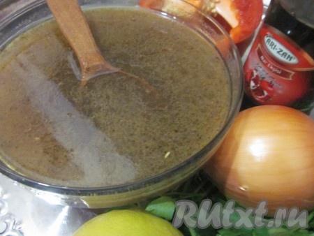 Разогреть духовку до 180 градусов.Смешать бульон и гранатовый сок.