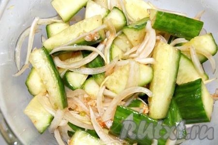 Раскалить кунжутное масло на маленькой сковородке и раскаленное масло влить на смесь острого перца с чесноком. Размешать.