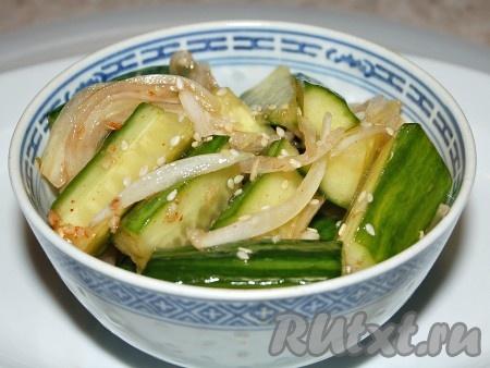 Огурцы по-корейски готовы. Сверху присыпать кунжутным семенем. Чтобы кунжут лучше отдавал свой аромат, нужно быстро обжарить его на сухой сковороде, буквально 5 секунд (он быстро темнеет и может подгореть).