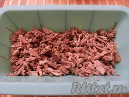 Чеснок очистить и пропустить через пресс. В формы, в тарелки, судочки выложить мясо, добавить измельченный чеснок.