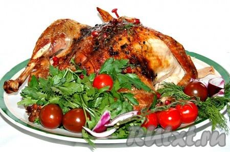 Вокруг рождественской индейки укладываю те овощи, какие люблю. Это различная зелень, помидоры, сладкий репчатый лук. Отдельно можно подать соус.