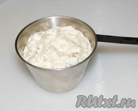 Выключить огонь. Содержимое сковородки разложить по кокотницам или маленьким формочкам. Оставить сверху 2 см.