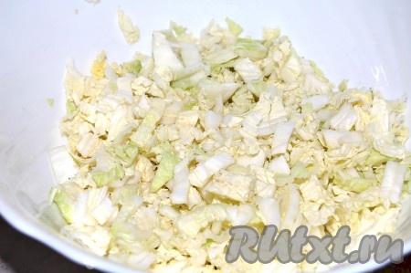 В миску нарезать мелко пекинскую капусту.