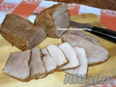 Изумительно вкусная свинина, запеченная в рукаве, готова.
