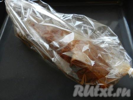 Маринованную свинину поместить в специальный рукав для запекания, скрепить с обеих сторон. Положить на противень и поставить в разогретую до 200 градусов духовку на 1 час. Затем рукав аккуратно разрезать, слить соус и вынуть мясо.