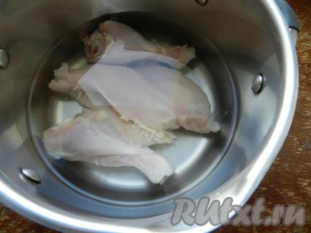 Куриное мясо залить двумя литрами холодной воды и поставить варить. Когда вода закипит, снять пену и варить куриный бульон до готовности примерно 30 минут.