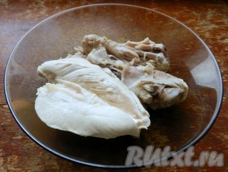 Вытащить из бульона куриное мясо и разрезать его на кусочки.