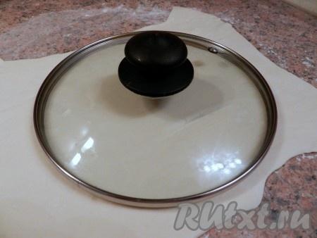 Тонко раскатать тесто и вырезать окружность. Для этой цели удобно использовать крышку от кастрюли подходящего диаметра.