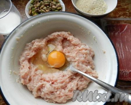 Филе пропустить через мясорубку. Добавить к фаршу масло, яйцо, теплое молоко, сухари, соль и специи. Все тщательно вымесить.