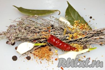 Приготовить травы и специи. Я использовала лавровый лист, черный и душистый перец горошком, сухие смеси специально для баранины (покупала на рынке), сухие веточки сушеного тимьяна, чеснок, острый сушеный перец.