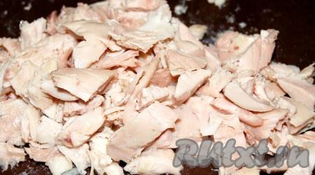Вареную курицу нарезать небольшими кусочками.