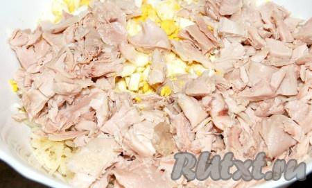 Добавить кусочки курицы в миску.