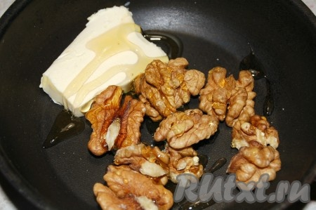 Грецкие орехи положить в маленькую сковородку, добавить кусочек сливочного масла, жидкий мед.