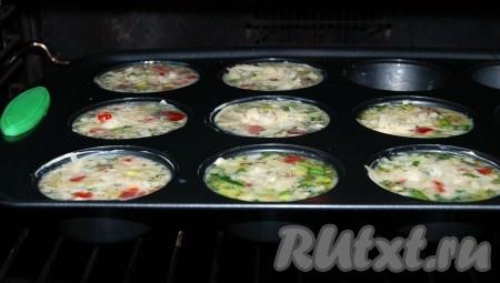 Форму с омлетами с начинкой отправить в заранее нагретую до 180 градусов духовку примерно на 20 минут.