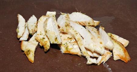 Обжаренное филе слегка остудить и нарезать на кусочки.