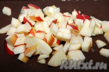 Яблоко вместе с кожурой нарезать на мелкие кубики.