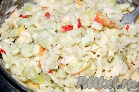Вылить заправку в салат с капустой, сельдереем, яблоком и как следует размешать.