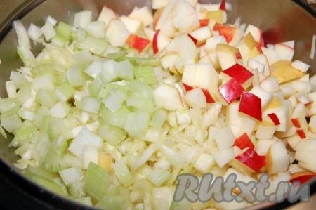 Добавить сельдерей с яблоком к капусте.