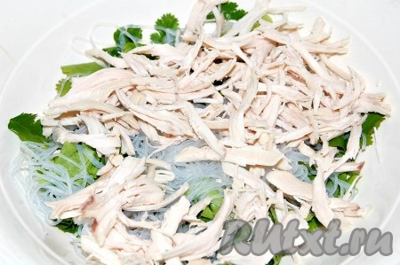 Вареное филе курицы разобрать на волокна и добавить в миску к салату.