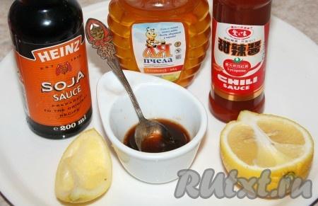 Для заправки вьетнамского салата смешать все ингредиенты и перемешать, чтобы мёд полностью растворился.