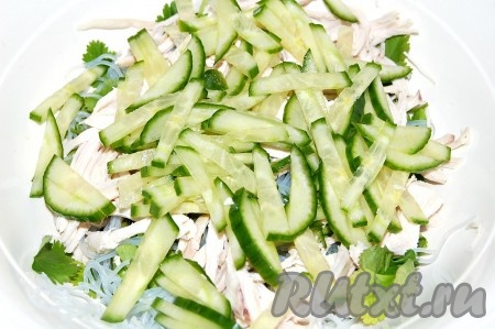 Затем добавить нарезанные огурцы в миску к салату.