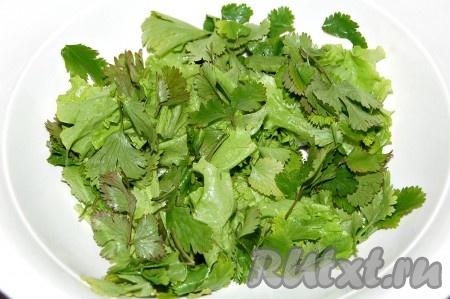 Нарвать руками или ножницами листовую зелень и уложить в миску.