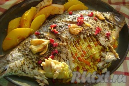 Запекала фаршированного леща в рукаве в разогретой духовке минут 30. Время запекания зависит от размера рыбки. Можно периодически поливать рыбку выделившимся соком. Приятного аппетита!