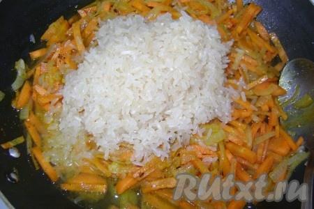 Через пару минут добавила промытый рис.