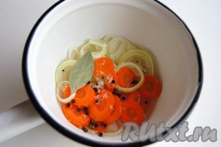 Для маринада в воду добавила морковь и лук, нарезанные кольцами, черный перец горошком, лавровый лист, соль и сахар. По желанию можно добавить душистый перец и гвоздику,провариламинут 5.Добавила уксус, довела до кипения, сняла с огня, накрыла крышкой и настаивала минут 5.