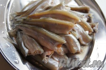 Рыбку распотрошила так: оторвала голову пальцами и вынула кишки, при этом икра если есть) там остается. Если отрезать голову ножом или ножницами, то есть вероятность, что кишки останутся внутри. Рыбку промыла под проточной водой и обсушила.
