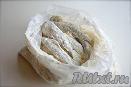 В пакет с мукой и солью сложила всю рыбу, закрыла пакет и аккуратно встряхнула.