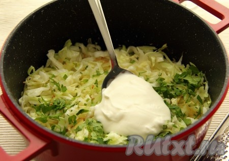 3. Разогреть в кастрюле 1 столовую ложку оливкового масла, обжарить лук до золотистого цвета. Добавить капусту, половину петрушки и сметану. Приправить солью и перцем. Перемешать и тушить на среднем огне 15 минут. Добавить тертый сыр, перемешать и оставить под крышкой на минимальном огне до подачи на стол.