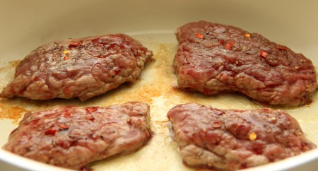 4. Обжарить телятину на среднем огне по 6 минут с каждой стороны до румяной корочки.