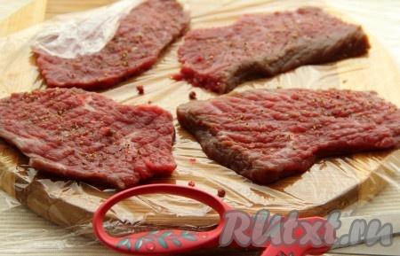 1. Телятину нарезать поперек волокон. Каждый кусок натереть солью и перцем. Слегка отбить обушком ножа. Завернуть мясо в пищевую пленку и оставить при комнатной температуре на 1 час.