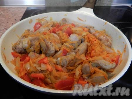 В сковороду к мясу добавить лук и морковь, обжарить все вместе, затем добавить болгарский перец, немного обжарить, влить примерно 0,5 стакана воды, накрыть крышкой и готовить на медленном огне 20 минут.