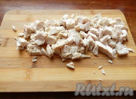 Куриное филе вымыть, опустить в кипящую подсоленную воду и сварить до готовности. Остудить и нарезать небольшими брусочками.
