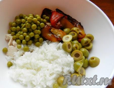Рис, курицу, оливки, перец и зеленый горошек сложить в салатник.