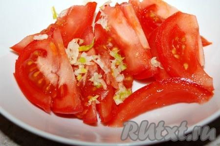 Чеснок выдавить на помидоры с помощью чеснокодавилки.