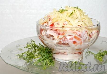 """Сыр натереть на крупной терке и посыпать им сверху салат """"Красное море""""."""