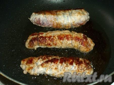 Обжарить мясные рулетики из свинины со всех сторон до золотистой корочки.